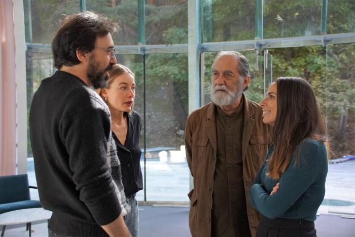 Cortés conversa con los actores de Edén. (FOTO: Rebeca Ruiz)