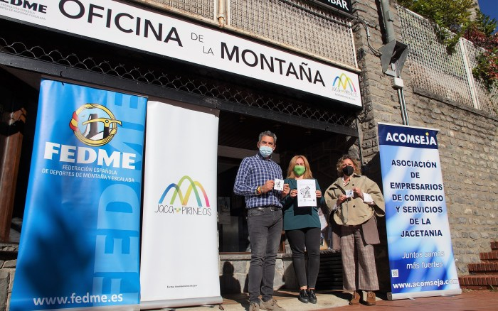 La Oficina de la Montaña y los empresarios de Jaca, de la mano en la promoción de la seguridad. De izq. a dcha., Íñigo Ayllón, Olvido Moratinos y Marian Bandrés. (FOTO: Rebeca Ruiz)