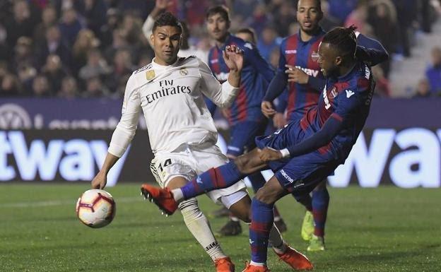 ¿Por qué caen los futbolistas cuando reciben un golpe?