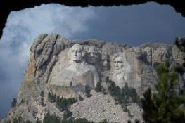 Mont Rushmore vu d'un tunnel en direction du Custer