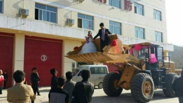 PernikahanUnik Menggunakan Buldoser