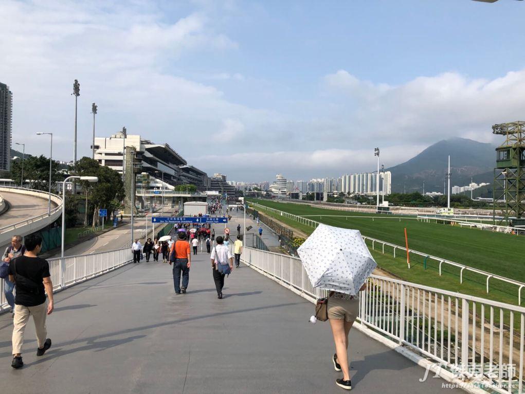 馬場這裡的天氣真的很熱,團友都撐起傘了