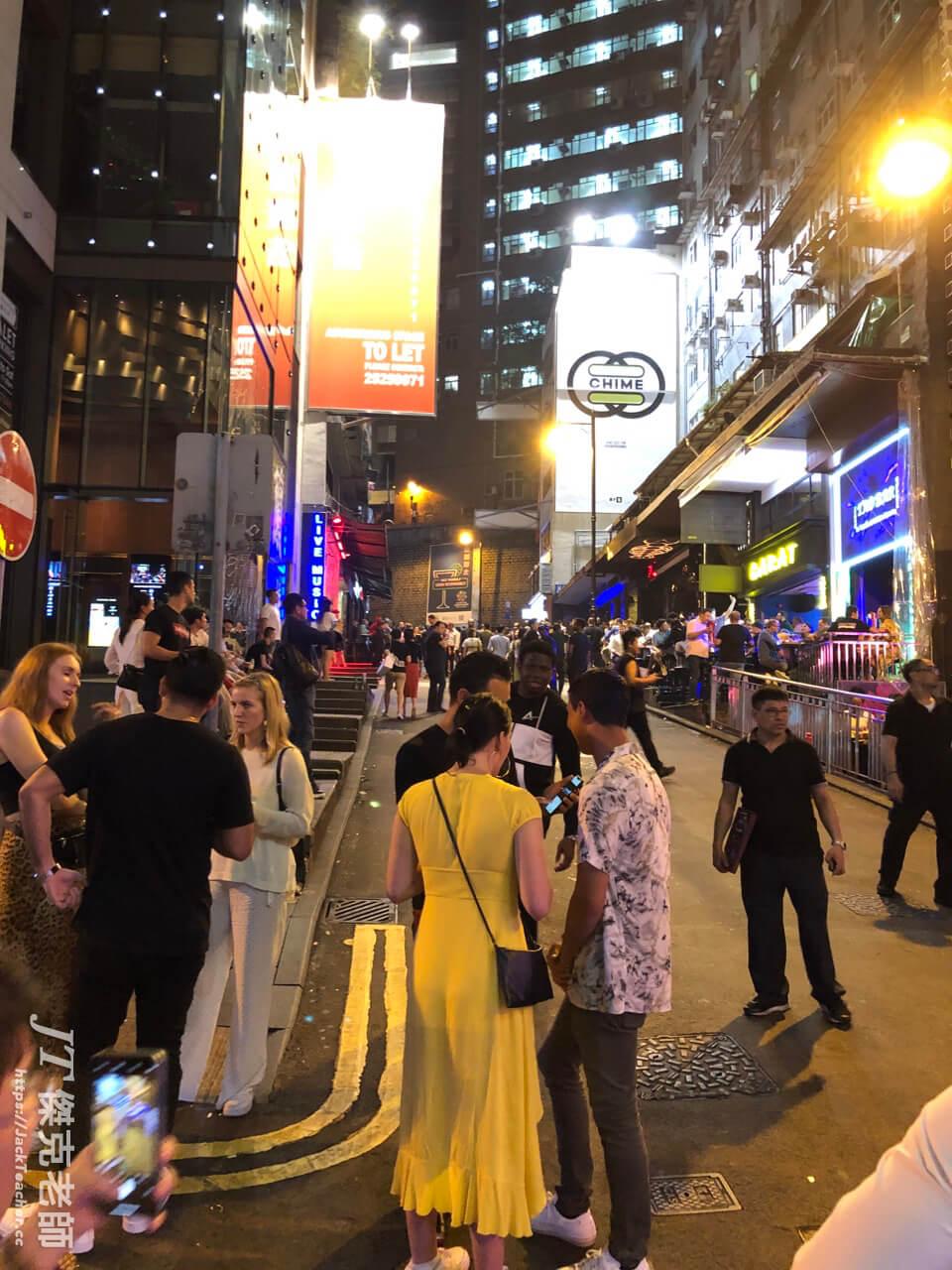 在星期天的晚上,整個蘭桂坊,人潮一樣非常多,裡面的人群彷拂是來渡假一樣,可以想見香港是一個外國人熱愛旅遊地區