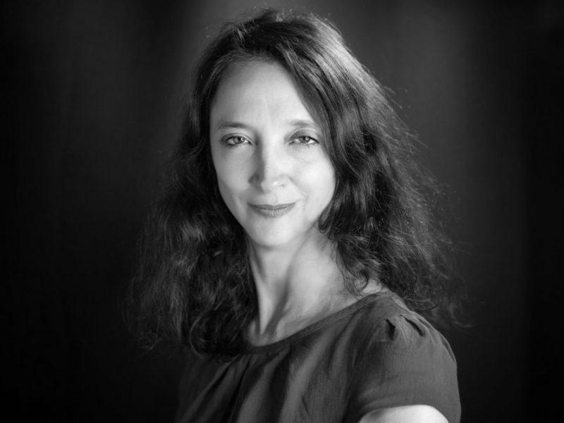 visage d'une femme en noir et blanc par Jacques Julien