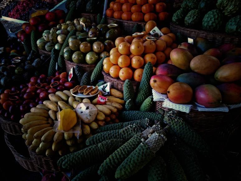 W każdą sobotę miejscowi rolnicy przynoszą swoje produkty i sprzedają je na parterze merkados