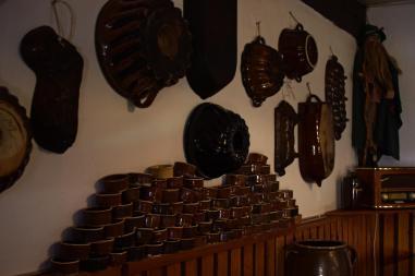 Troską gospodarzy jest zachowanie tradycji dlatego bardzo pieczołowicie dbają nie tylko o meny, ale również o prezentację dawnych sprzętów używanych w starych karkonoskich gospodarstwach.