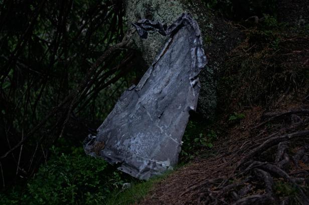 Była mroźna noc 23 lutego 1945. W górach szalała zamieć, wiatr wiał z prędkością ponad 100 kilometrów na godzinę. Transportowy Ju 52 uderzył w zbocze Czarnej Góry. Katastrofę przeżyło pięciu żołnierzy, którzy w szpitalnych ubraniach cztery godziny przedzierali się przez zamieć i zaspy do Růžohor'ek. Jeden z nich nie przeżył tego marszu. Wkrótce ekipa ratunkowa dotarła na miejsce wypadku. Tu okazało się, że nawet ci, którym udało się przeżyć katastrofę lotniczą, uwięzieni we wraku samolotu zmarli z wychłodzenia. Bilans tego zdarzenia to 23 ofiary. Żołnierzy pochowano w zbiorowej mogile w Małej Upie a później przeniesiono na cmentarz wojskowy w Brnie. Była to największa katastrofa lotnicza do jakiej doszło w Karkonoszach.