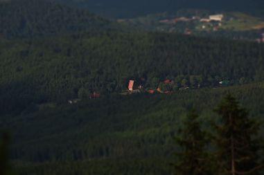 """Karpacz Górny to najwyżej położona dzielnica Karpacza. Charakterystyczny budynek widoczny na zdjęciu to pochodzący z lat 70-tych XX wieku ośrodek """"Stropnica"""" leżący na wysokości 830 m n.p.m."""