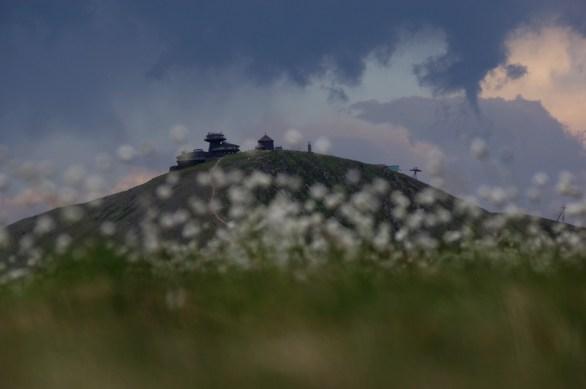 Widoczna jest również prowadząca na szczyt linia kolei gondolowej oraz jej górna stacja. W ostatnią sobotę, z powodu wiejącego wiatru można było dotrzeć tylko o do stacji pośredniej na Różohorkach. Warto przed zaplanowaniem wedrówki po Karkonoszach sprawdzić na stronie wyciągu: http://www.snezkalanovka.cz/pl/ informację o możliwości wjazdu na szczyt.