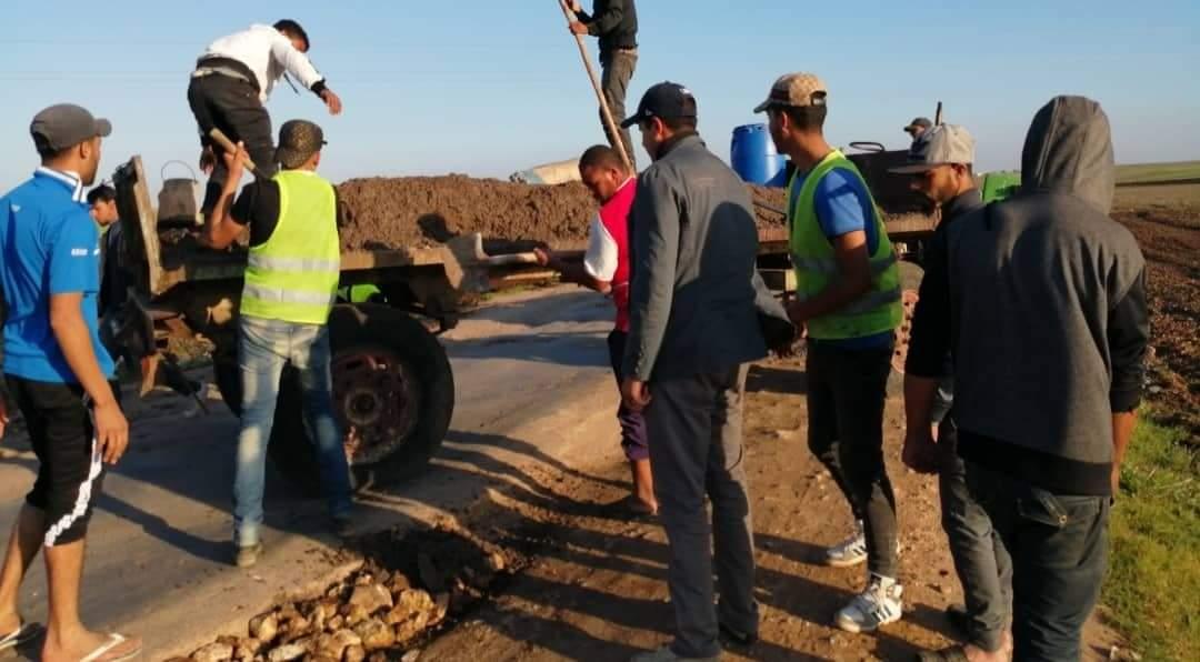 بالصور … مواطنون يصلحون طريقاً نواحي سطات من مالهم الخاص في غياب المجلس الجماعي