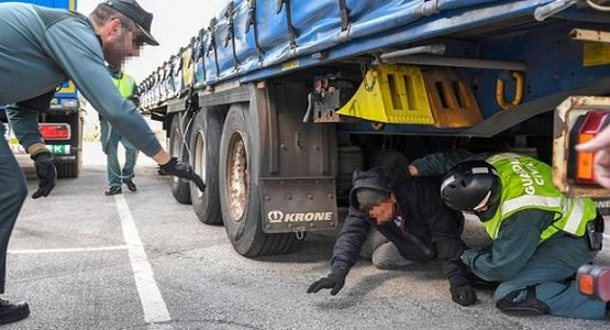 """شاحنة تقتل قاصرا مغربيا حاول """"الحريك""""عبر معبر سبتة"""