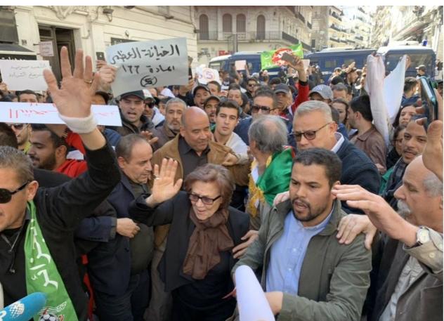 """آلاف الجزائريين يكسرون الطوق الأمني في """"جمعة الرفض"""" والتحاق بوحيرد يُشعل حماس المتظاهرين"""