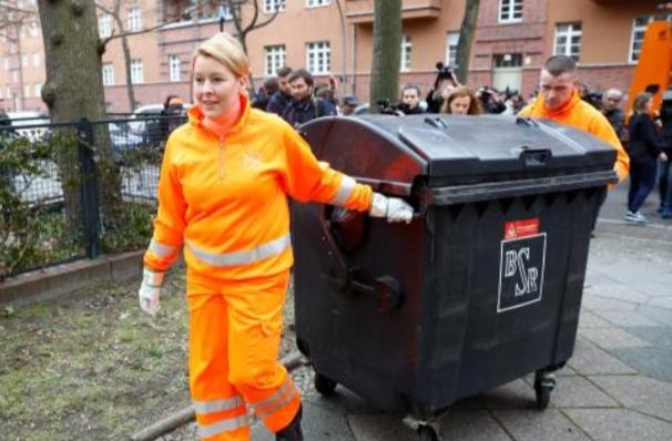 وزيرة ألمانية تقوم بجمع القمامة احتفاءا بعيد المرأة
