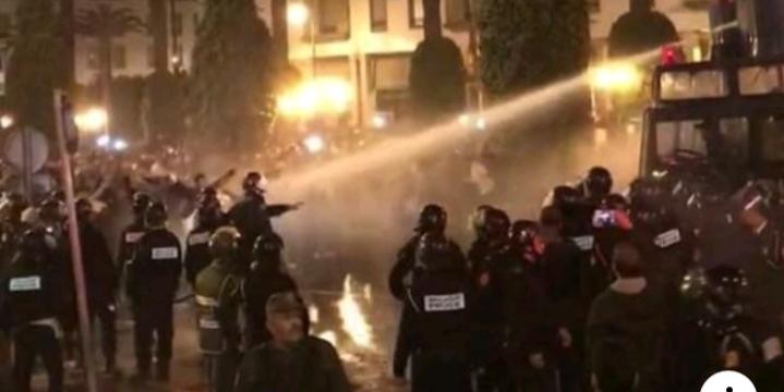 """تفاصيل ليلة فض اعتصام الأساتذة المتعاقدين بـ""""القوة""""..الأمن استعمل """"خراطيم المياه والكلاب المدربة"""""""