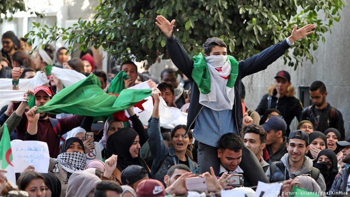 الجزائر.. أبواق الفرح بتنحي بوتفليقة.. ومواصلة الاحتجاج لإسقاط النظام
