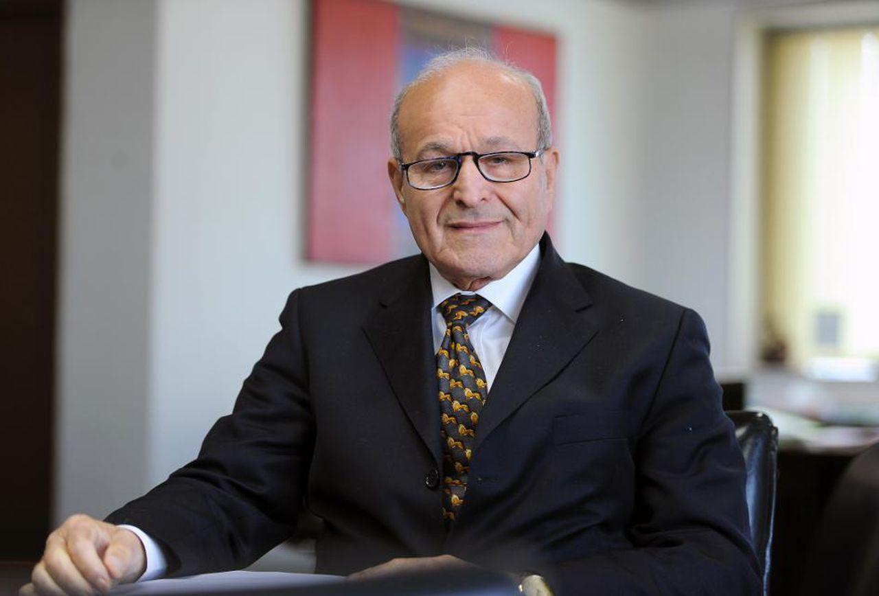 القضاء الجزائري يبدأ التحقيق مع أغنى رجل في البلاد بتهم فساد