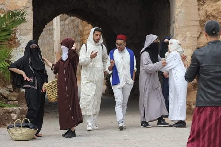 صور ..تحدي نادر لشباب دمنات.. الخروج ليوم كامل بلباس تقليدي والتجول بأزقة المدينة