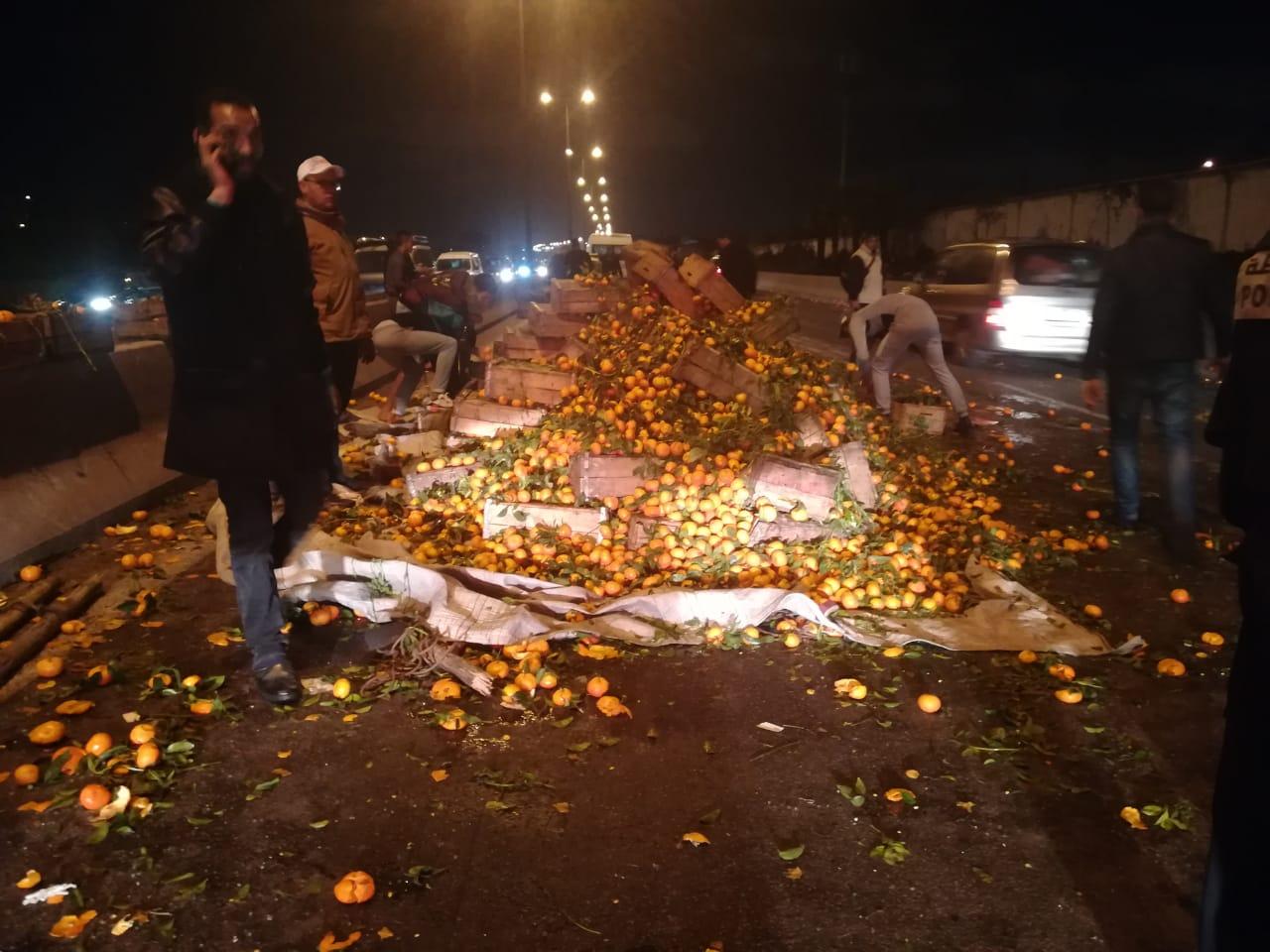 """شاحنة محملة بالبرتقال توقف حركة السير ب""""أوتوروت """"البيضاء"""