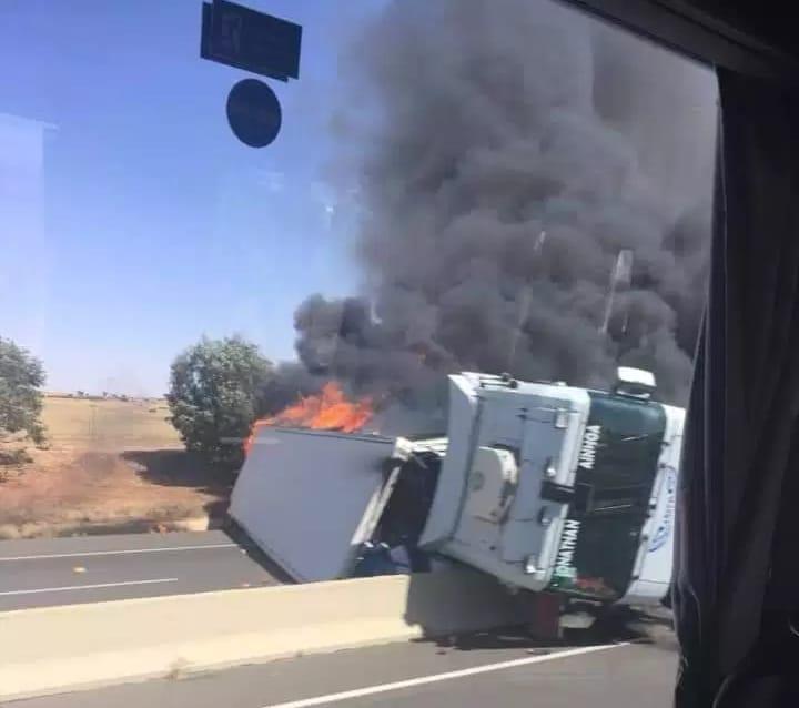 النيران تلتهم شاحنة محملة بالخضر بالطريق السيار الرابط بين مراكش و الدارالبيضاء
