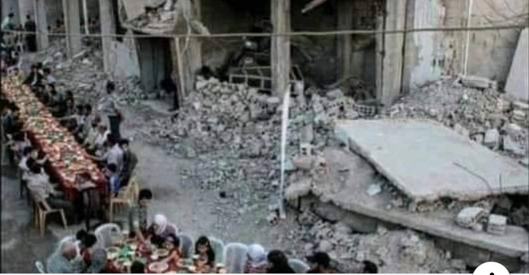 رغم القصف والحصار..الغزيون يتحدون المحتل و يفطرون جماعة فوق ركام منازلهم المهدمة