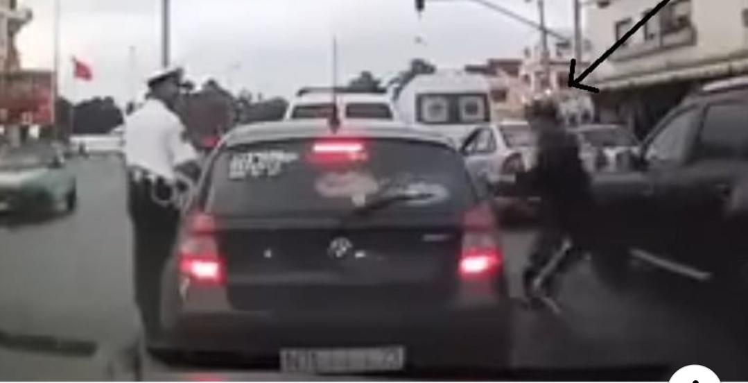 بالفيديو..شاب يسرق شخصا داخل سيارته أمام أعين شرطي مرور أثناء تحرير مخالفة له