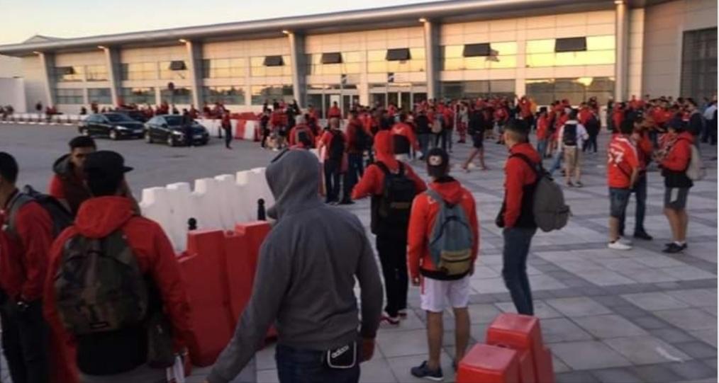 جمهور الوداد عالق في مطار قرطاج(صور)
