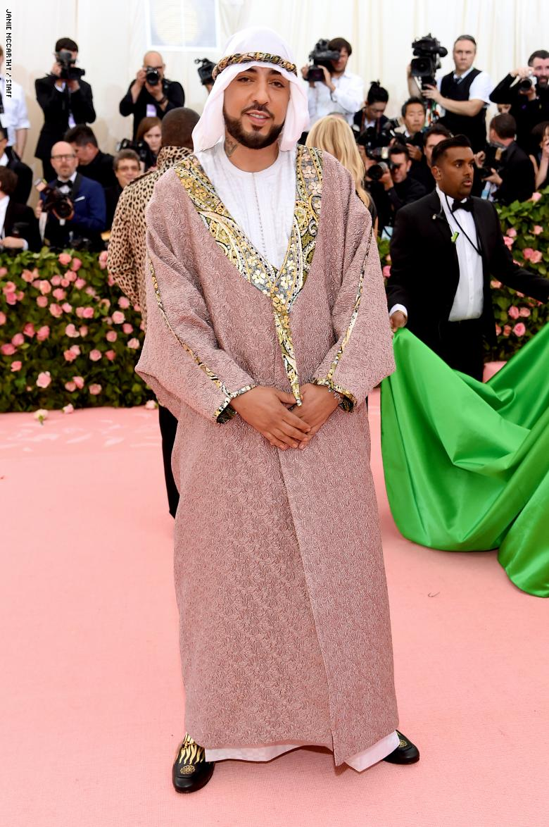 """""""فرنش مونتانا"""" المغربي يظهر بزيه العربي خلال حفل """"ميت غالا"""" العالمي"""