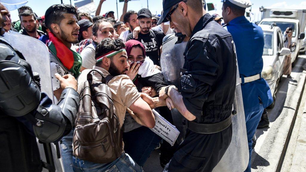 مونتيكارلو: إصابة 24 شرطيا بجروح في مواجهات مع عاطلين عن العمل في الجرائر