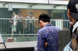 Petugas keamanan berjaga di salah satu pusat perbelanjaan di kawasan SCBD, Jakarta, Kamis, 14 Januari 2016. Akibat aksi teror yang dilakukan di kawasan Thamrin Jakarta, Kamis, 14 Januari 2106, sejumlah pusat perbelanjaan dan perkantoran meningkatkan status kewaspadaan, mengantisipasi aksi teror lanjutan. - The Jakarta Post / Jerry Adiguna