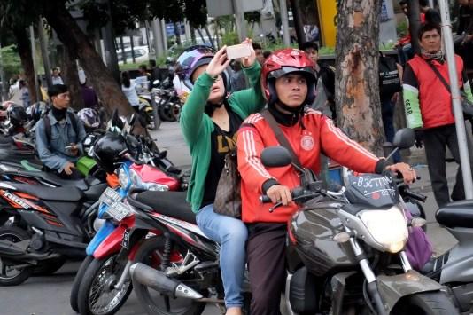 Warga memperhatikan dari jauh TKP Pos Polisi di kawasan Thamrin, Jakarta, yang hancur akibat serangan teror, Kamis, 14 Januari 2015. - The Jakarta Post / Jerry Adiguna