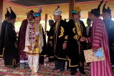 Lakina Bharata Kahedupa, La Ode Saidi (ke-4 kiri) menerima ucapan selamat dari sultan Buton ke-40, Dr. H. La Ode Muhammad Izat Manarfa (tengah) dan bupati Wakatobi Arhawi (ke-2 kanan) usai mengikuti prosesi pelantikan Lakina Bharata Kahedupa di Benteng Ollo, pulau Kaledupa, Wakatobi, Sulawesi Tenggara, 17 September 2016. - The Jakarta Post / Jerry Adiguna