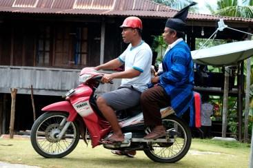 Seorang Sara (menteri dalam adat Bharata Kahedupa) menaiki motor usai mengikuti prosesi pelantikan Lakina Bharata Kahedupa di Benteng Ollo, pulau Kaledupa, Wakatobi, Sulawesi Tenggara, 17 September 2016. - The Jakarta Post / Jerry Adiguna