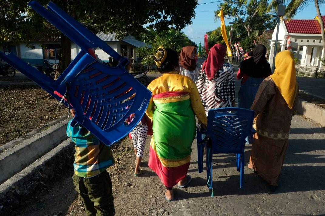 Seorang perempuan bangsawan berjalan bersama kerabatnya usai mengikuti prosesi perayaan pelantikan Lakina Bharata Kahedupa, Kaledupa, Wakatobi, Sulawesi Tenggara, 17 September 2016. - The Jakarta Post / Jerry Adiguna