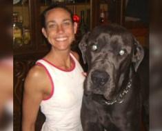 Une femme sacrifie sa vie pour sauver les chiots et les chiens de la maison en flammes