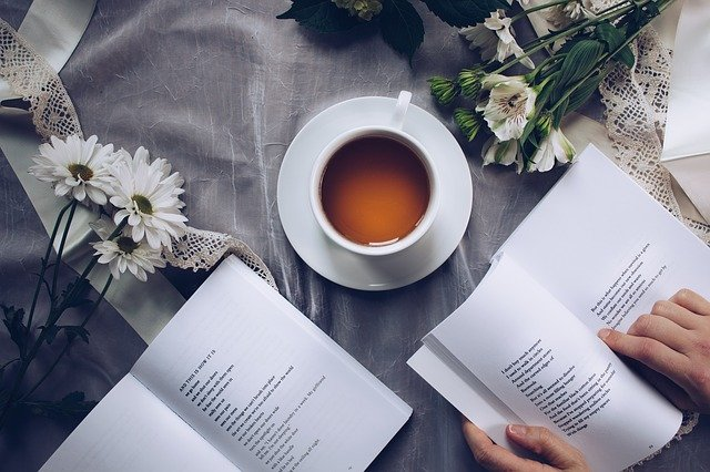 livre thé fleurs mains