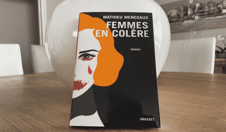 femme cheveux oranges livres pomme cadre chaises