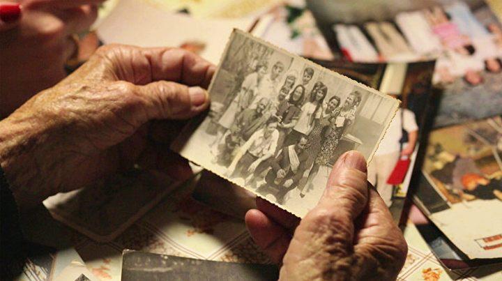 Победа живота над смрћу - Цвијета Бабић екипи филма показује фотографију своје породице ФОТО: PRODUKCIJA TERIREM