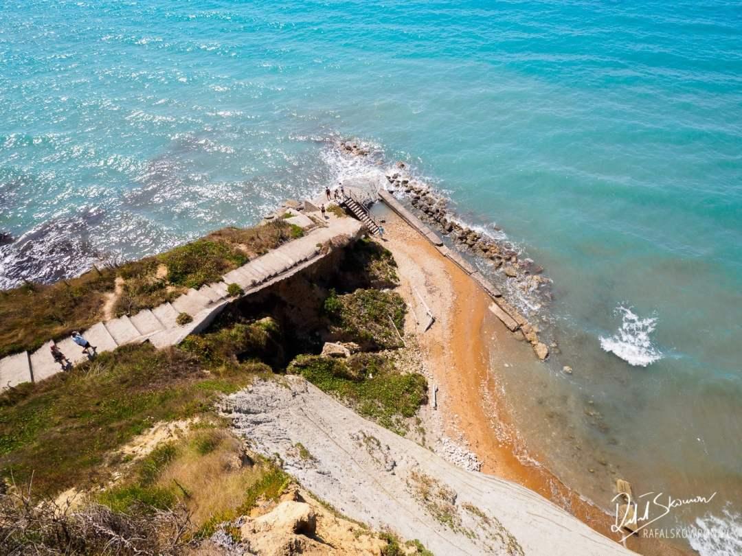 Zejście z parkingu na Logas Beach