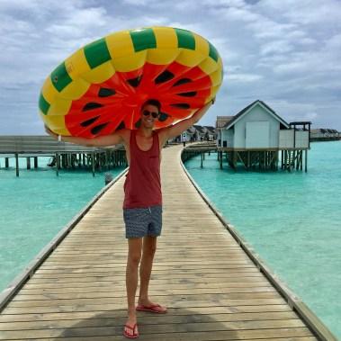 Flitterwochen Malediven: Florian mit unserer aufblasbaren Melone