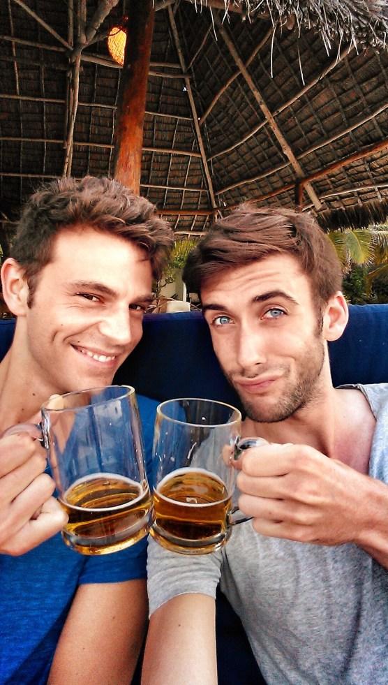 Cheers! Das afrikanische Bier schmeckt!