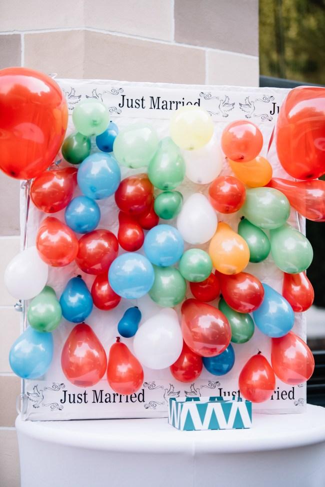 Freunde hatten ein tolles Hochzeitsspiel vorbereitet: alle Gästen schreiben eine Aktivität, die sie mit dem Brautpaar unternehmen möchten auf und stecken ihren Zettel in einen Ballon. Beide Partner dürfen 3 mal mit einem Dart auf den Ballons werfen. Wenn man nicht trifft, darf der Trauzeuge werfen. Selbst getroffene Ballons stehen für Aktivitäten, zu denen wir eingeladen werden. Die Aktivitäten von den Trauzeugen müssen das Ehepaar dann selbst zu einladen.