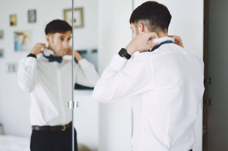 Jeroen zieht seinen Hochzeitsanzug an
