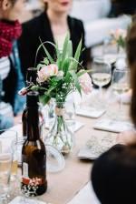 Die Tischdeko hielten wir schlicht mit Freilandrosen