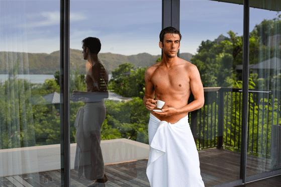 Jeroen mit Handtuch rum und eine Kaffeetasse