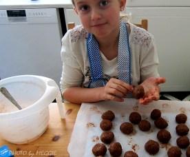 Barnbarnet rullar chokladbollar...