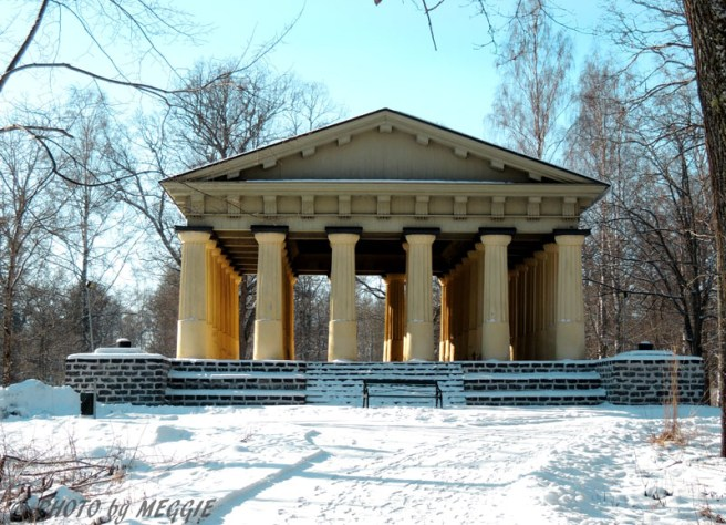 Templet i Engelska parken från 1797 är en kopia av Theseustemplet i Aten.