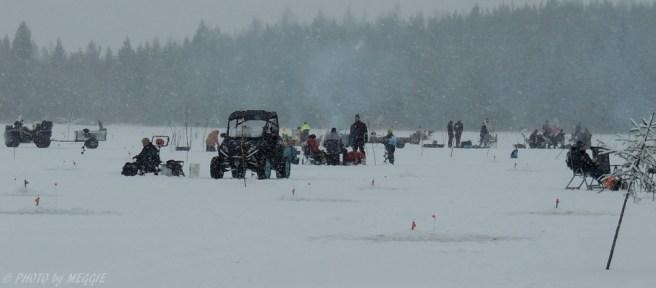Gott om folk på Alsjön som testade fiskelyckan.