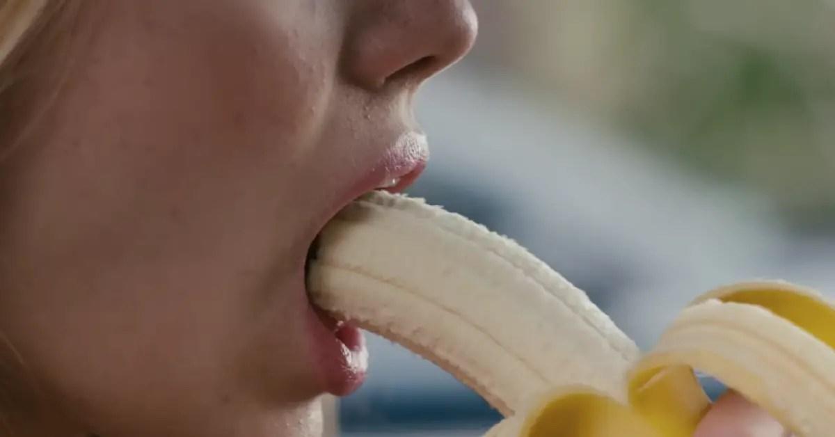 Voilà comment manger une banane en public sans moment gênant