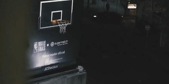 La NBA détourne un panneau publicitaire pour en faire un panier de basket en Uruguay