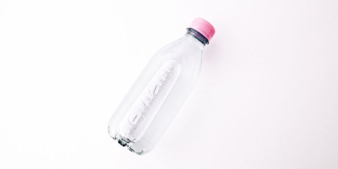 Evian dévoile sa première bouteille sans étiquette et 100% recyclage